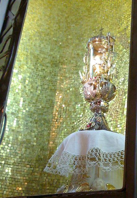 O relicário expõe as hóstias miraculosamente intactas