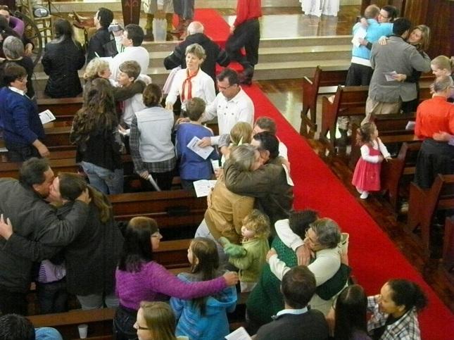 Resultado de imagem para abraço da paz na missa