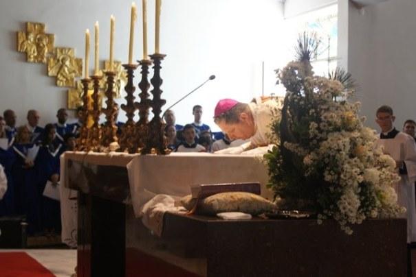 Resultado de imagem para beijo do altar na missa