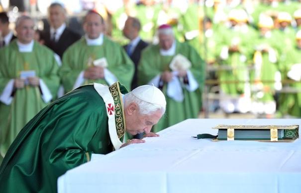 Resultado de imagem para evangeliario no altar